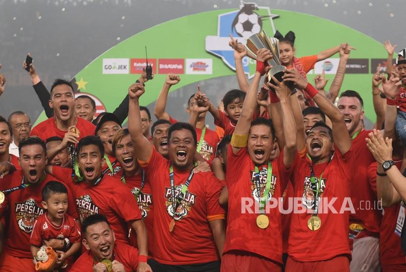 Pemain Persija Jakarta berselebrasi usai keluar sebagai juara Liga 1 di Stadion Utama Gelora Bung Karno, Jakarta, Ahad (9/12/2018).