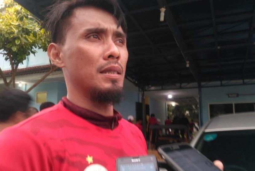 Pemain Persija Jakarta, Maman Abdurrahman usai latihan di lapangan PS-AU Halim Perdanakusuma Jakarta, Ahad (21/4).