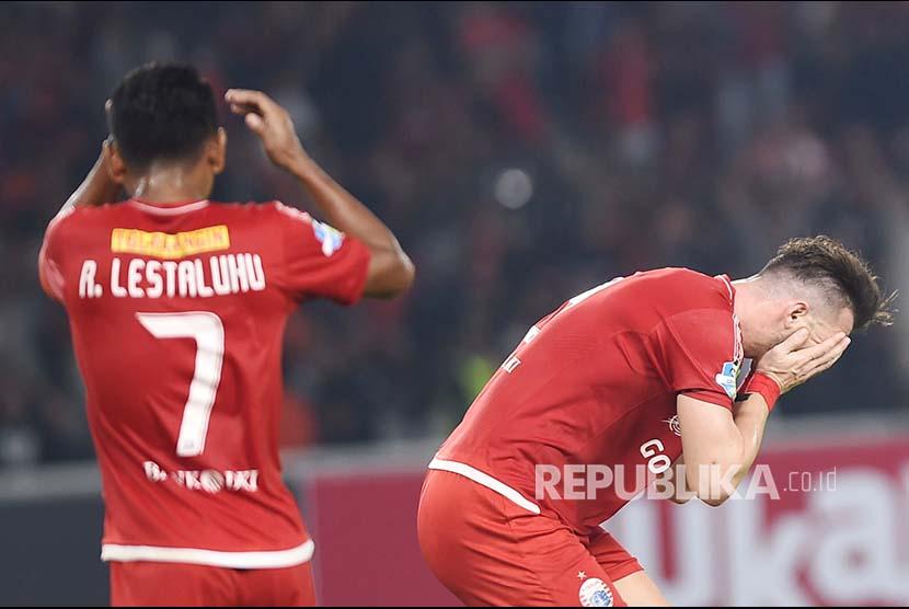 Pemain Persija Jakarta Marko Simic (kanan) dan Ramdani Lestaluhu (kiri) meluapkan kekecewaan dalam laga lanjutan Liga 1 melawan Madura United di Stadion Utama Gelora Bung Karno, Jakarta, Sabtu (12/5).