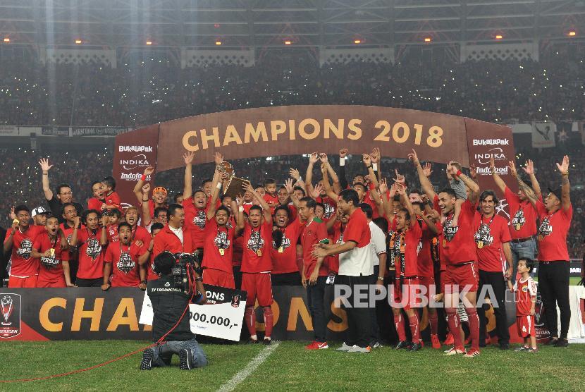 Pemain Persija Jakarta mengangkat trophy seusai menjadi juara Piala Presiden 2018 di di Gelora Bung Karno Senayan, Jakarta, Sabtu (17/2). Persija keluar sebagai juara setelah mengalahkan Bali United dengan skor 3-0.