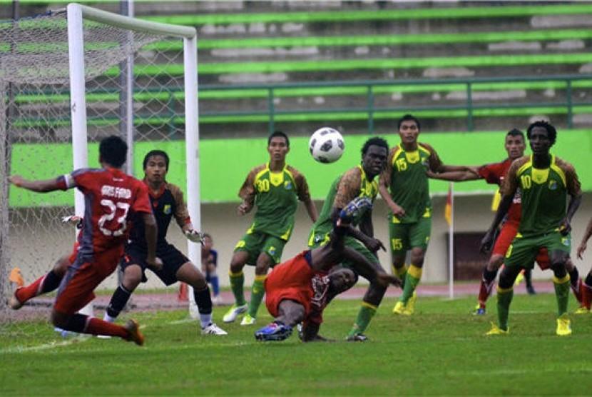 Pemain Persip Pekalongan (hijau) pada pertandingan Divisi Utama Liga Indonesia.