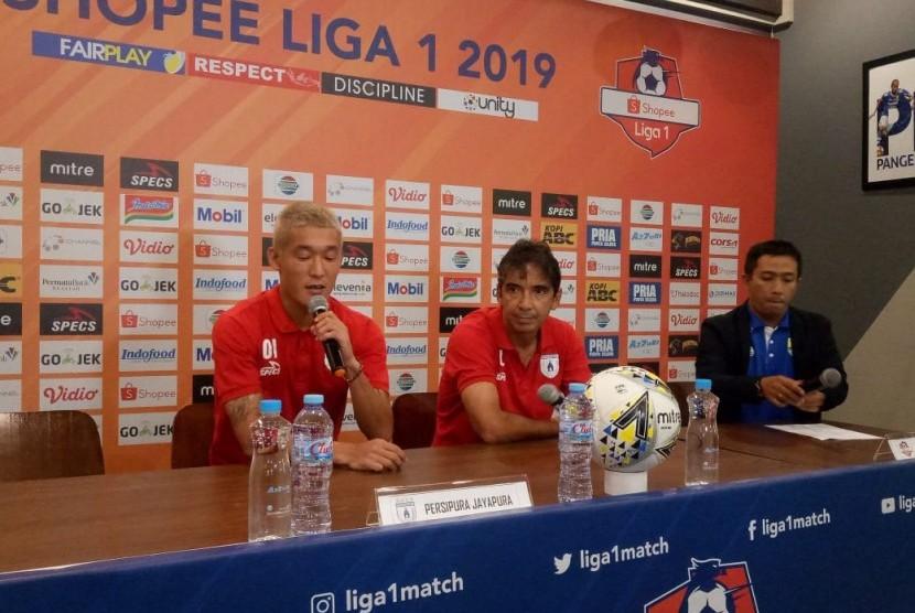 Pemain Persipura, Oh Inkyun (kiri) dan pelatih Persipura, Luciano Leandro (tengah) di Graha Persib, Jalan Sulanjana, Kota Bandung, Jumat (17/5).