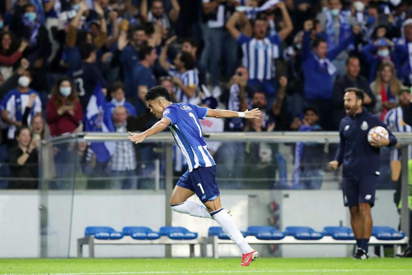 Pemain Porto Luis Diaz merayakan gol ke gawang AC Milan.