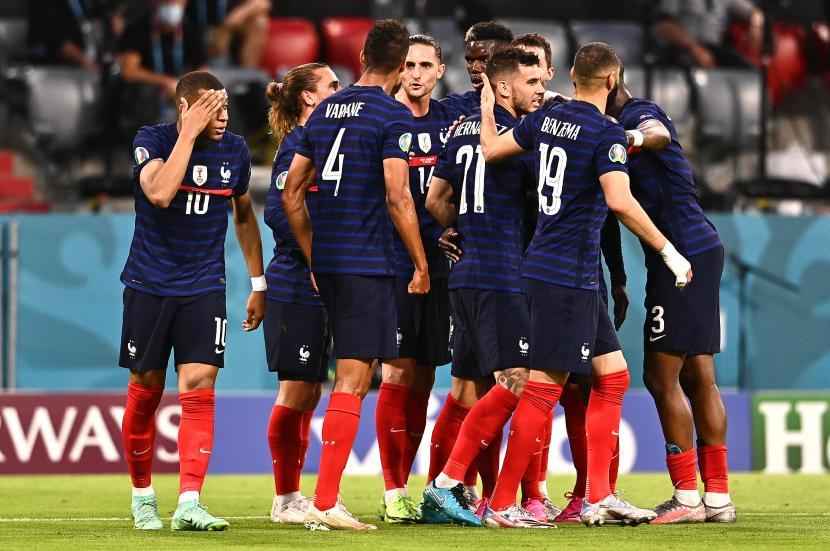 Pemain Prancis merayakan keunggulan 1-0 mereka selama pertandingan sepak bola babak penyisihan grup F UEFA EURO 2020 antara Prancis dan Jerman di Munich, Jerman, 15 Juni 2021.