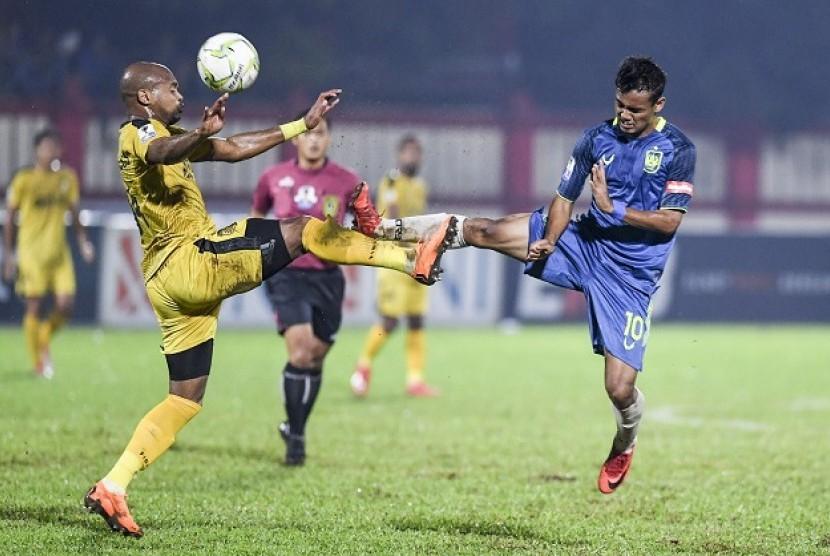 Pemain PSIS Semarang Komarudin (kanan) berebut bola dengan bek Bhayangkara FC Anderson Salles.