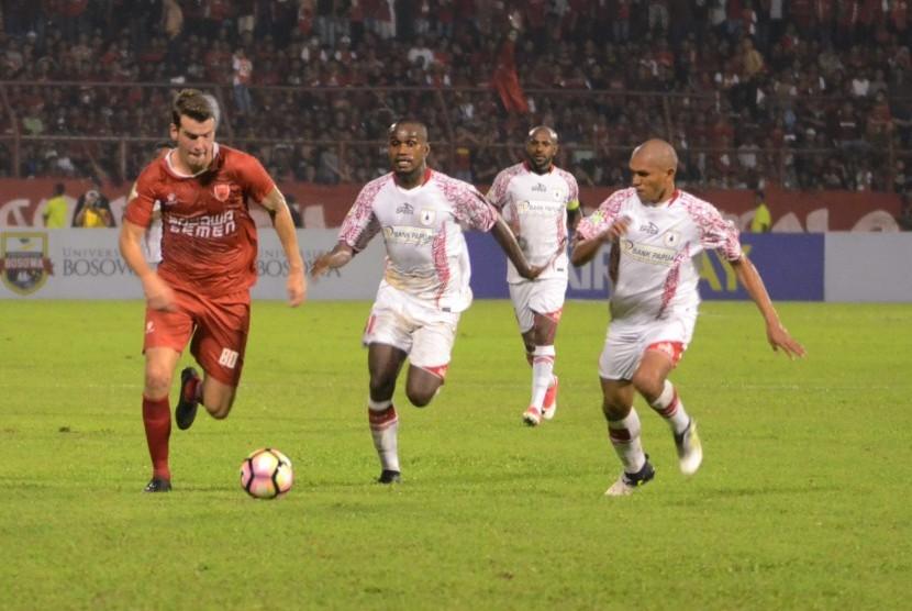 Pemain PSM Makassar Willen Jan Pluim (kiri) berusaha melewati sejumlah pesepak bola Persipura Jayapura pada laga Gojek Traveloka Liga 1 di Stadion Andi Mattalatta, Makassar, Sulawesi Selatan, Sabtu (3/6). Pada laga tersebut PSM Makassar menang saat menjamu Persipura Jayapura 5-1.