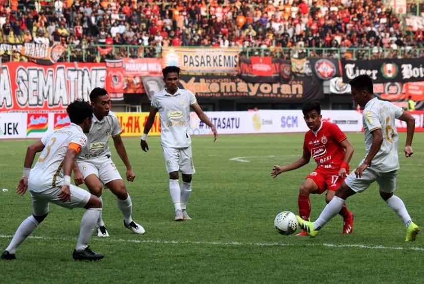 Pemain PSS Sleman Wahyu Sukarta (kanan) berusaha mengadang gelandang Persija Jakarta Fitra Ridwan (kedua kanan) pada pertandingan Liga 1 2019, di Stadion Patriot Candrabhaga, Bekasi, Jawa Barat, Rabu (3/7). Pada pertandingan tersebut tuan rumah Persija Jakarta ungguli PS Sleman dengan skor akhir 1-0.