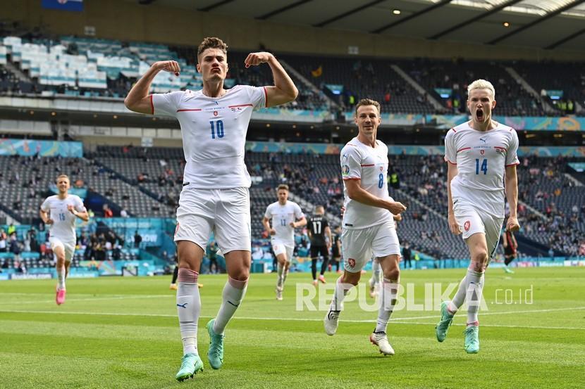 Pemain Republik Ceko Patrik Schick melakukan selebrasi setelah mencetak gol pertama timnya dari titik penalti pada pertandingan grup D kejuaraan sepak bola Euro 2020 antara Kroasia dan Republik Ceko di stadion Hampden Park di Glasgow,  Jumat (18/6).