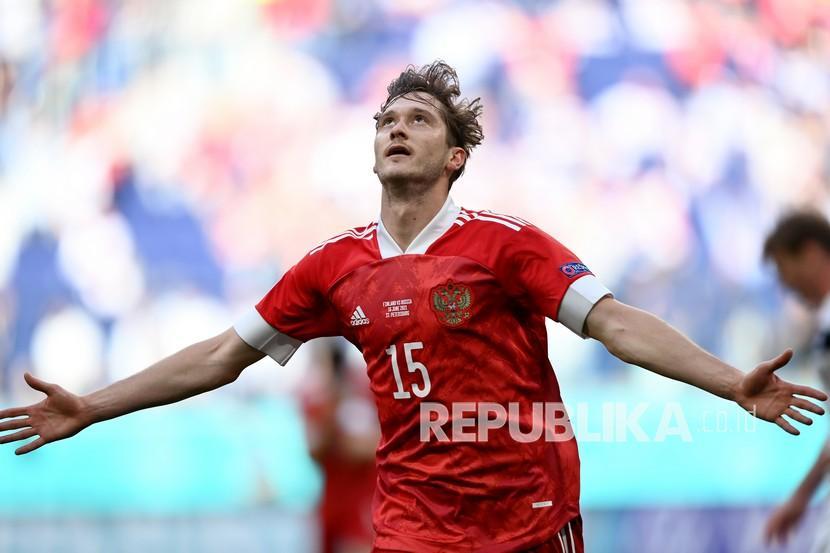 Pemain Rusia Aleksei Miranchuk merayakan setelah mencetak gol pembuka pada pertandingan grup B kejuaraan sepak bola Euro 2020 antara Finlandia dan Rusia di stadion Gazprom Arena di St. Petersburg, Rusia, Rabu (16/6).