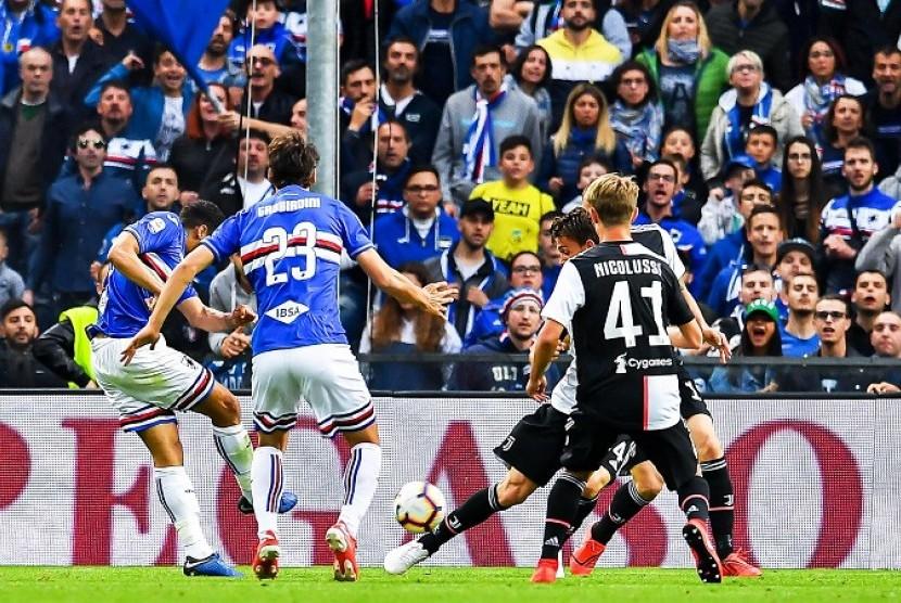 Pemain Sampdoria Gregoire Defrel (kiri) saat menjebol gawang Juventus.