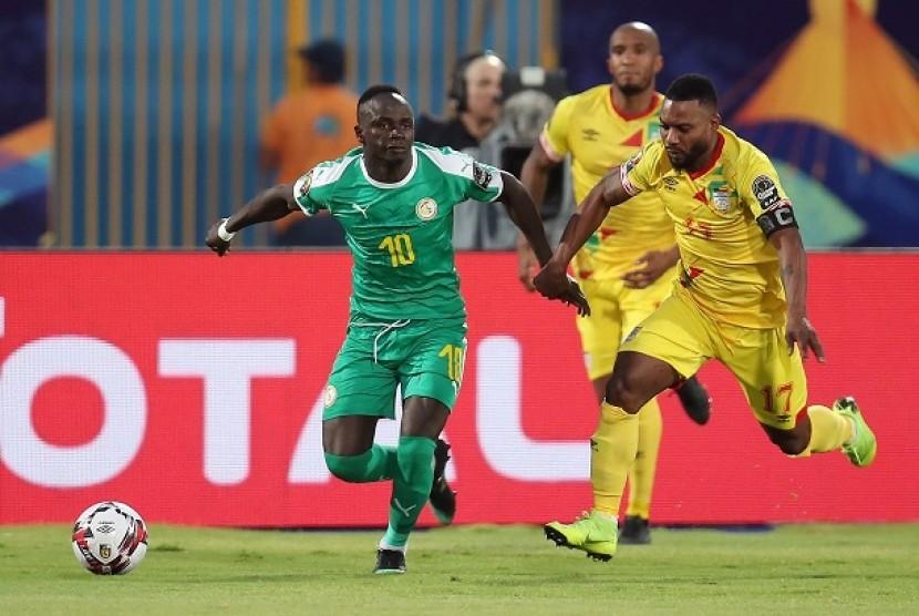 Pemain Senegal Sadio Mane berduel dengan pemain Benin Stephane Sessegnon dalam pertandingan babak 16 besar Piala Afrika 2019