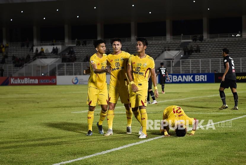 Pemain sepak bola Bhayangkara FC melakukan selebrasi usai mencetak gol ke gawang Tira Persikabo pada pertandingan lanjutan Liga 1 di Stadion Madya Gelora Bung Karno, Jakarta, Kamis (4/7/2019).