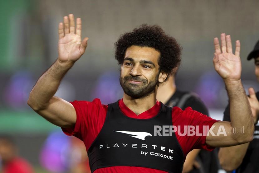 Pemain sepak  Mesir dan striker bintang Liverpool, Mohammed Salah tersenyum saat ia menyapa para penggemar selama pelatihan terakhir tim nasional di Stadion Kairo di Kairo, Mesir, Sabtu (9/6).
