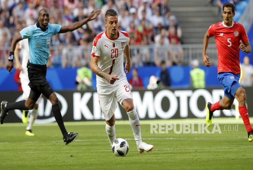 Pemain Serbia Sergej Milinkovic-Savic mengiring  bola pada pertandingan grup E Piala Dunia 2018 antara Kosta Rika dan Serbia di Samara Arena di Samara, Rusia, Ahad (17/6).