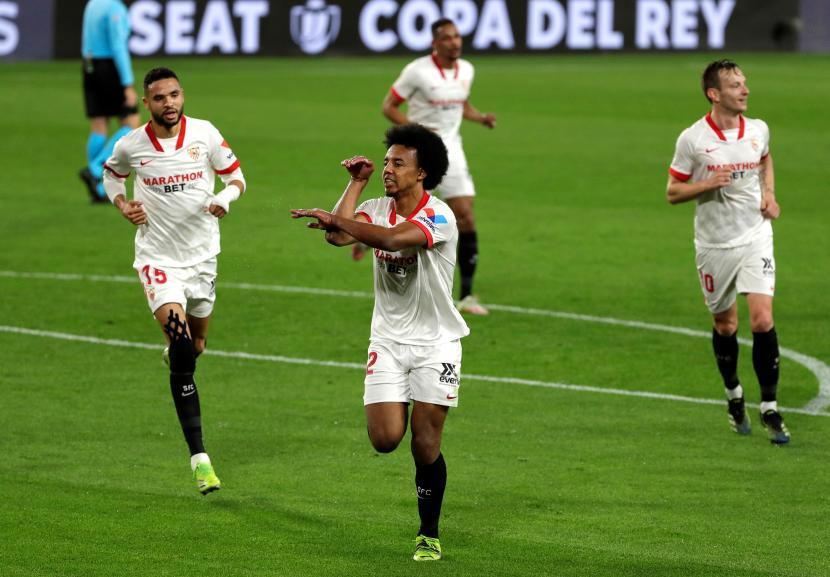 Pemain Sevilla Jules Kounde dan para pemain Sevilla.
