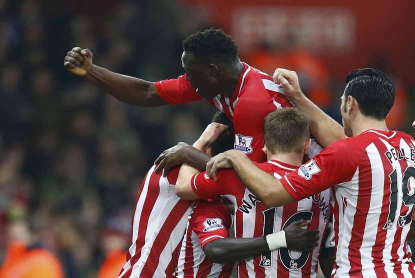 Pemain Southampton melakukan selebrasi gol.