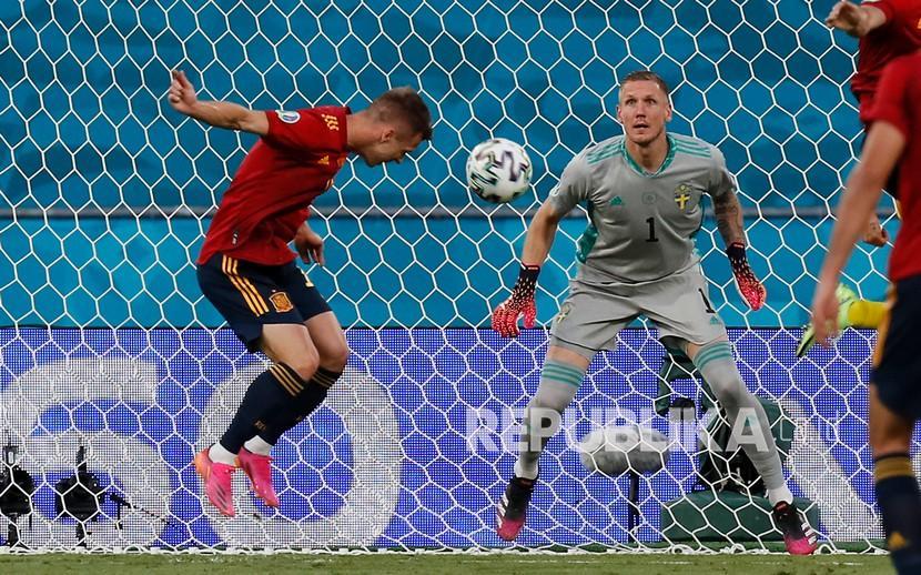 Pemain Spanyol Dani Olmo gagal mencetak gol dari jarak dekat ke gawang kiper Swedia Robin Olsen pada pertandingan grup E Piala Eropa 2020 antara Spanyol dan Swedia di Sevilla, Spanyol, Senin, 14 Juni 2021.