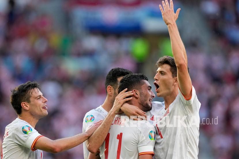 Pemain Spanyol Ferran Torres merayakan dengan Pau Torres, kanan, setelah mencetak gol ketiga timnya pada pertandingan babak 16 besar kejuaraan sepak bola Euro 2020 antara Kroasia dan Spanyol di stadion Parken di Kopenhagen, Denmark, Senin (28/6).