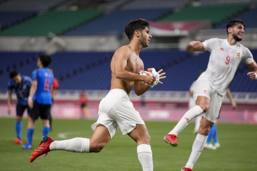 Pemain Spanyol Marco Asensio melakukan selebrasi usai mencetak gol pembuka ke gawang Jepang dalam pertandingan semifinal sepak bola putra Olimpiade Musim Panas 2020, Selasa, 3 Agustus 2021, di Saitama, Jepang.
