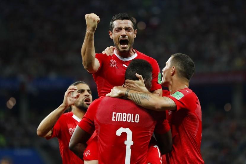 Pemain Swiss, Blerim Dzemaili, merayakan golnya dalam pertandingan Grup E antara Swiss dan Kosta Rika, Kamis (28/6).