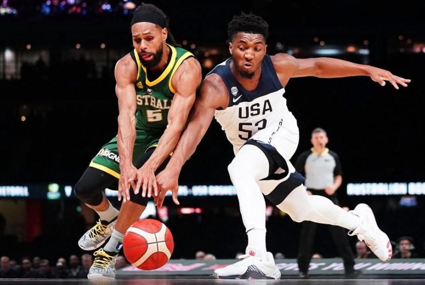 Pemain tim basket Australia Patty Mills (kiri) berebut bola dengan pemain Amerika Serikat Donovan Mitchell.