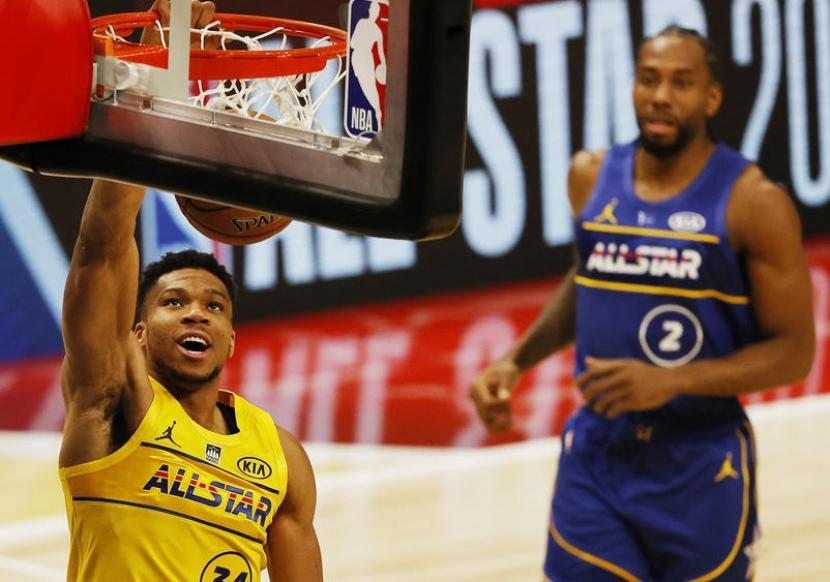 Pemain tim LeBron James, Giannis Antetokounmpo, melakukan slam dunk dalam pertandingan NBA All-Star 2021, Senin (8/3) WIB.
