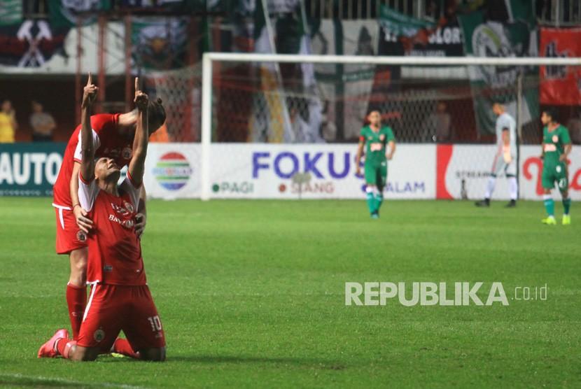 Pemain tim sepak bola Persija Jakarta Bruno Oliviera De Matos (kedua kiri) melakukan selebrasi setelah berhasil menjebol gawang PSS Sleman saat Laga Piala Presiden 2019 di Stadion Maguwoharjo, Sleman, DI Yogyakarta, Jumat (15/3/2019).