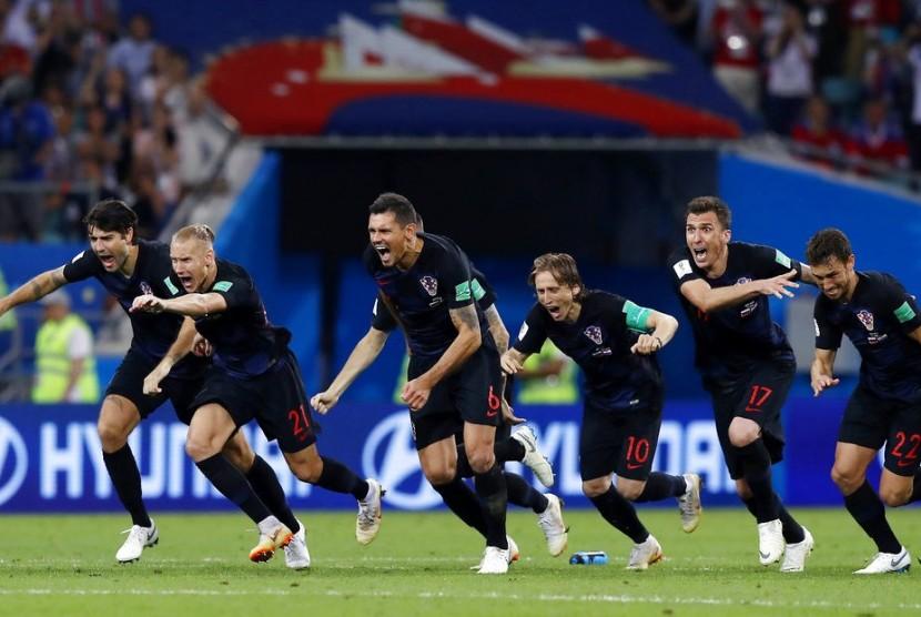 Pemain tim sepakbola nasional Kroasia merayakan setelah memenangkan pertandingan perempat final antara Rusia dan Kroasia di Piala Dunia 2018 di Stadion Fisht, di Sochi, Rusia, Sabtu, 7 Juli 2018.