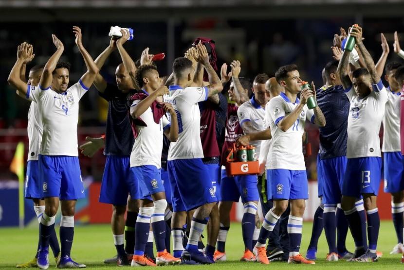 Pemain timnas Brasil merayakan kemenangan usai mengalahkan Bolivia 3-0 dalam laga pembuka Grup A Copa Amerika, Sabtu (15/6) pagi.