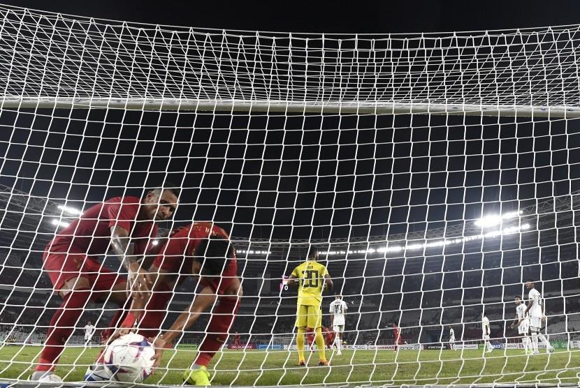 Pemain timnas Indonesia Alberto Goncalves (kiri) dan Septian David Maulana (kedua kiri) mengambil bola saat melawan timnas Timor Leste dalam penyisihan grup B Piala AFF 2018 di Stadion Utama Gelora Bung Karno, Jakarta, Selasa (13/11/2018). Indonesia menang 3-1.