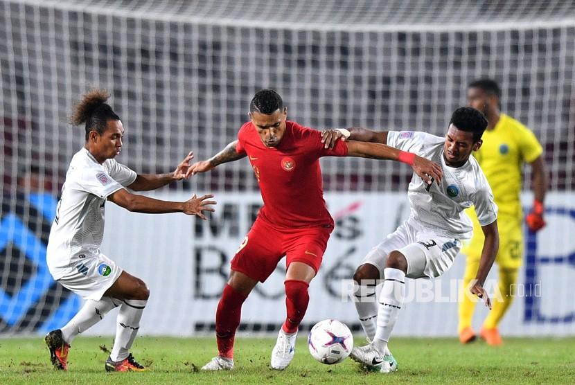 Pemain timnas Indonesia Alberto Goncalves (tengah) menggiring bola dibayangi dua pemain timnas Timor Leste Feliciano Pinheiro Goncalves (kiri) dan Gumario Augusto Fernandes dalam penyisihan grup B Piala AFF 2018 di Stadion Utama Gelora Bung Karno, Jakarta, Selasa (13/11/2018).