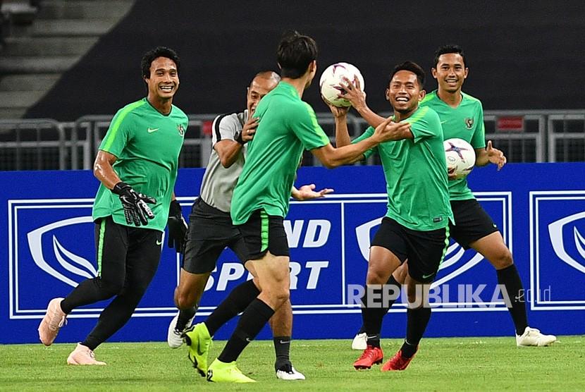 Pemain timnas Indonesia Andik Vermansah (kedua kanan), penjaga gawang M Ridho (kiri), Gavin Kwan Adsit (tengah), Ricky Fajrin (kanan) dan asisten pelatih Kurniawan Dwi Yulianto berlatih di Stadion Nasional, Singapura, Kamis (8/11/2018).