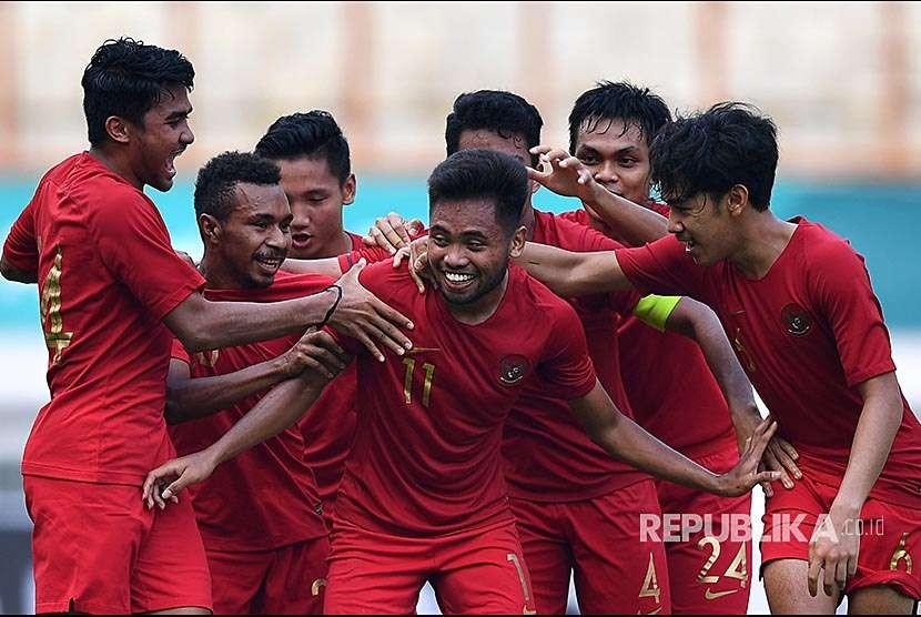 Pemain Timnas Indonesia U19 Saddil Ramdani (tengah) melakukan selebrasi bersama pemain lainnya usai mencetak gol ke gawang Timnas Arab Saudi U19 dalam pertandingan persahabatan di Stadion Wibawa Mukti, Bekasi, Rabu (10/10)