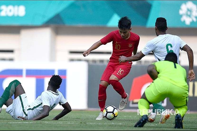 Pemain Timnas Indonesia U19 Witan Sulaeman (tengah) berebut bola dengan pemain Timnas Arab Saudi U19 Makhir Alrashidi (kanan)