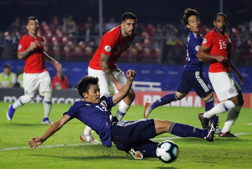 Pemain timnas Jepang Takefusa Kubo (tengah) saat berduel dengan para pemain timnas Cile di Copa America 2019.