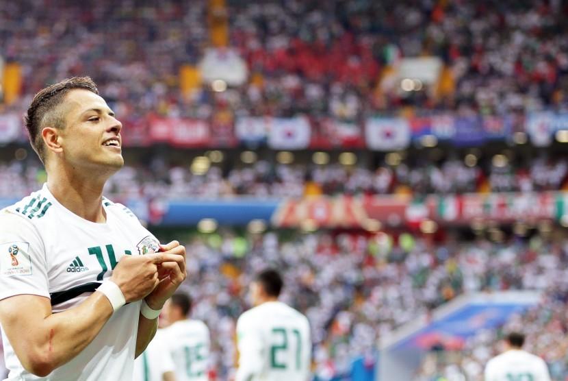 Pemain Timnas Meksiko, Javier Hernandez, melakukan selebrasi usai menjebol gawang Korea Selatan di laga Grup F Piala Dunia 2018 di Rostov-On-Don, Rusia, Sabtu (23/6).