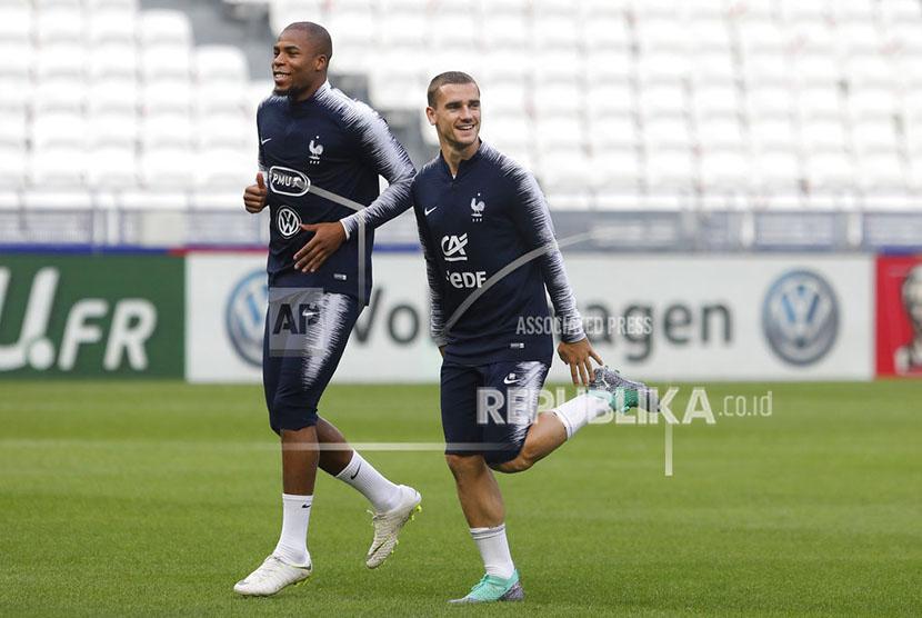 Pemain Timnas Prancis Antoine Griezmann dan Djibril Sidibe pada sesi Latihan di Groupama stadium Decines Lyon Prancis.