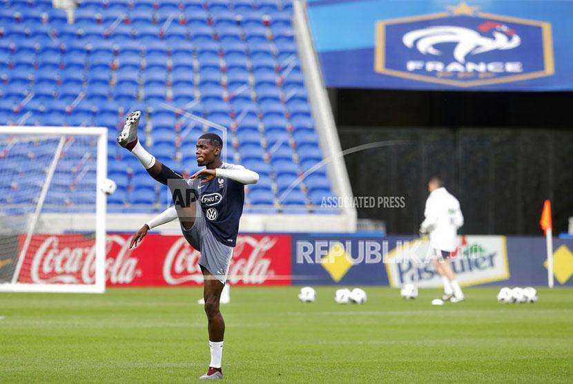 Pemain Timnas Prancis Paul Pogba pada sesi Latihan di Groupama stadium Decines Lyon Prancis.
