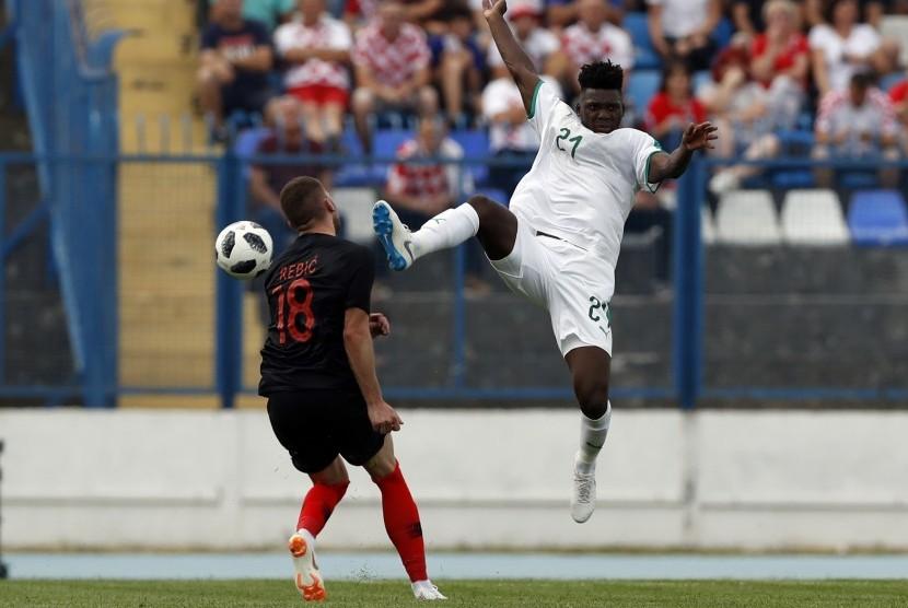 Pemain Timnas Senegal, Lamine Gassama (kanan), terlibat perebutan bola dengan pemain Kroasia, Ante Rebic, dalam laga internasional di Osijek, Kroasia, Jumat (8/6).