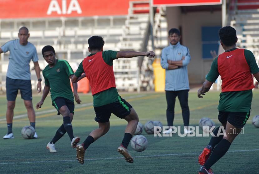 Pemain Timnas U-22 Billy Keraf (kedua kiri) menendang bola ke rekannya dalam latihan menjelang pertandingan Sepak Bola AFF U-22 di lapangan Stadion AIA - Home Of Western, Phnom Penh, Kamboja, Kamis (21/2/2019).