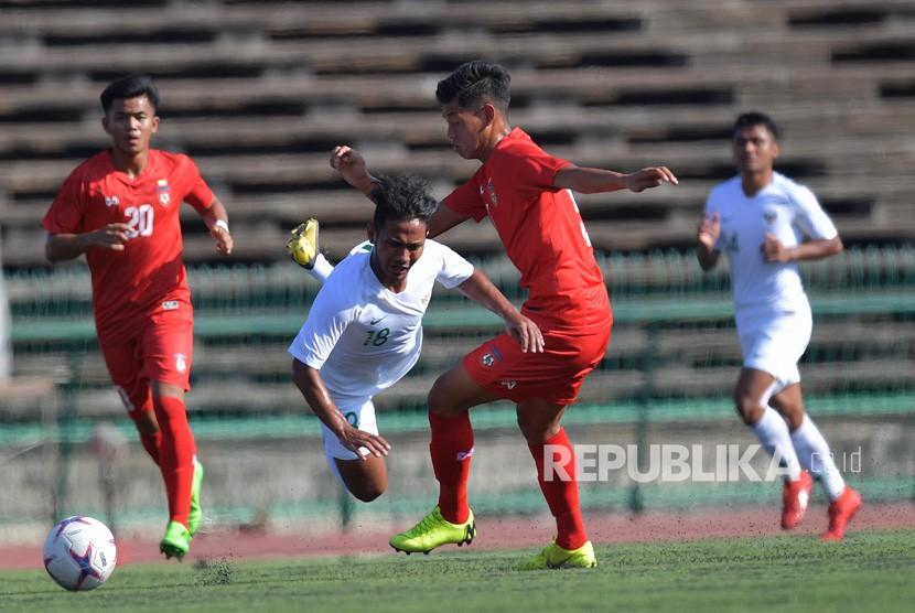 Pemain Timnas U-22 Gian Zola (tengah) dihadang pemain Myanmar Nan Hktike Zaw (kedua kanan) dalam pertandingan Grub B Piala AFF U-22 di Stadion Nasional Olimpiade Phnom Penh, Kamboja, Senin (18/2/2019).