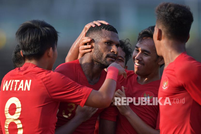 Pemain Timnas U-22 Marinus Wanewar (tengah) beraksi setelah mencetak gol petama ke gawang Malaysia dalam pertandingan Grup B Piala AFF U-22 di Stadion Nasional Olimpiade Phnom Penh, Kamboja