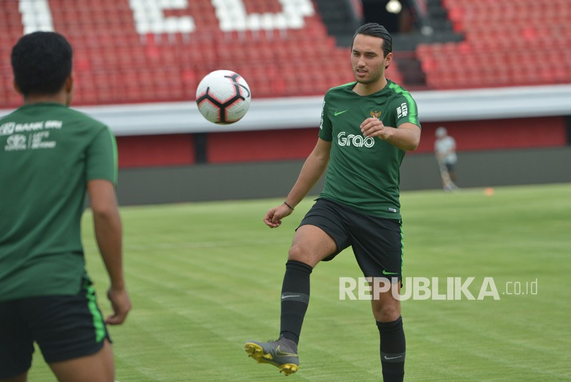 Pemain Timnas U-23 Indonesia Ezra Walian memainkan bola saat latihan di Stadion I Wayan Dipta, Gianyar, Bali, Jumat (15/3/2018).