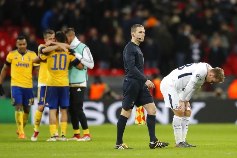 Pemain Tottenham Hotspur Ben Davies tertunduk lesu setelah timnya dikalahkan Juventus 1-2 pada leg kedua 16 besar Liga Champions.