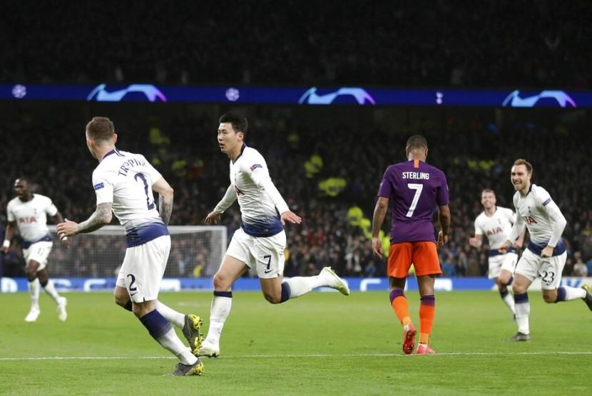 Pemain Tottenham Hotspur Son Heung-min merayakan keberhasilannya mencetak gol dalam perempat final Liga Champion melawan Manchester City di Tottenham Hotspur Stadium, London, Selasa (9/4) waktu setempat.