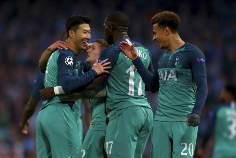Pemain Tottenham Son Heung-Min (kiri) ketika merayakan golnya di perempat final Liga Champions melawan Manchester City, di Stadium Etihad, Kamis (18/4).