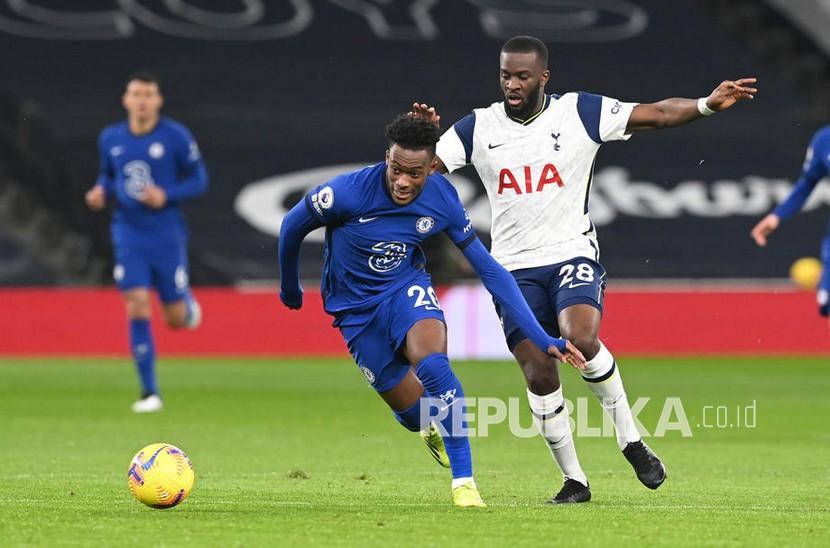 Pemain Tottenham Tanguy Ndombele (kanan) berebut bola dengan pemain Chelsea Callum Hudson-Odoi  pada pertandingan sepak bola Liga Utama Inggris antara Tottenham Hotspur dan Chelsea FC di London, Inggris, Jumat (5/2) dini hari WIB.