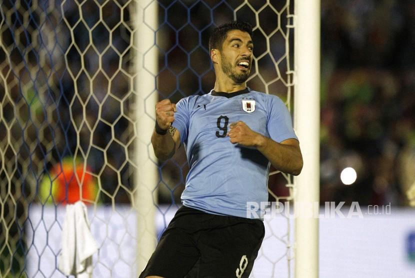 Pemain Uruguay, Luis Suarez, merayakan gol pada laga persahabatan lawan Uzbekistan di Montevideo, Uruguay, Kamis (7/6).