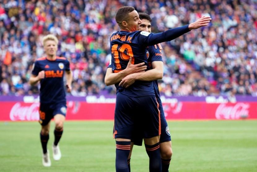 Pemain Valencia, Rodrigo Moreno (nomor 19) merayakan golnya ke gawang Real Valladolid pada laga La Liga di Stadion Jose Zorrilla, Sabtu (18/5).