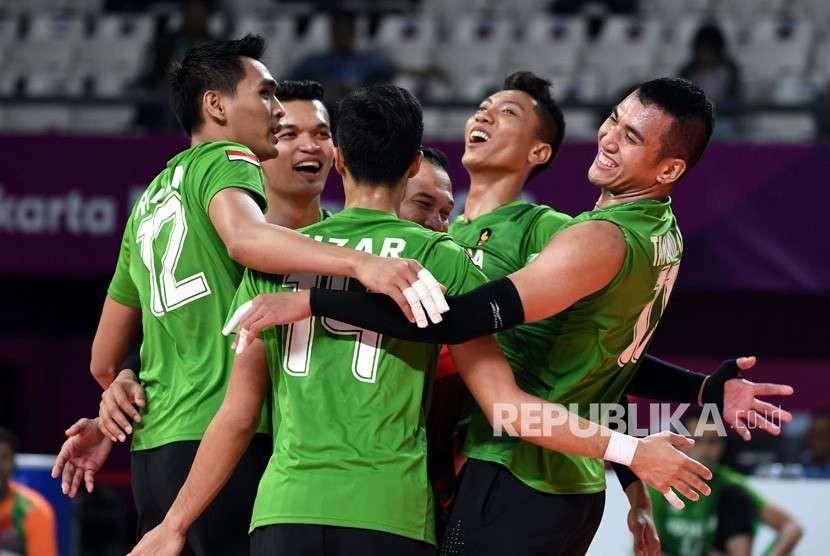 Pemain voli putra Indonesia meluapkan kegembiran setelah berhasil memenangkan pertandingan babak penyisihan bola voli putra grup A Asian Games 2018 melawan Kirgistan di Tennis Indoor, Senayan, Jakarta, Jumat (24/8).